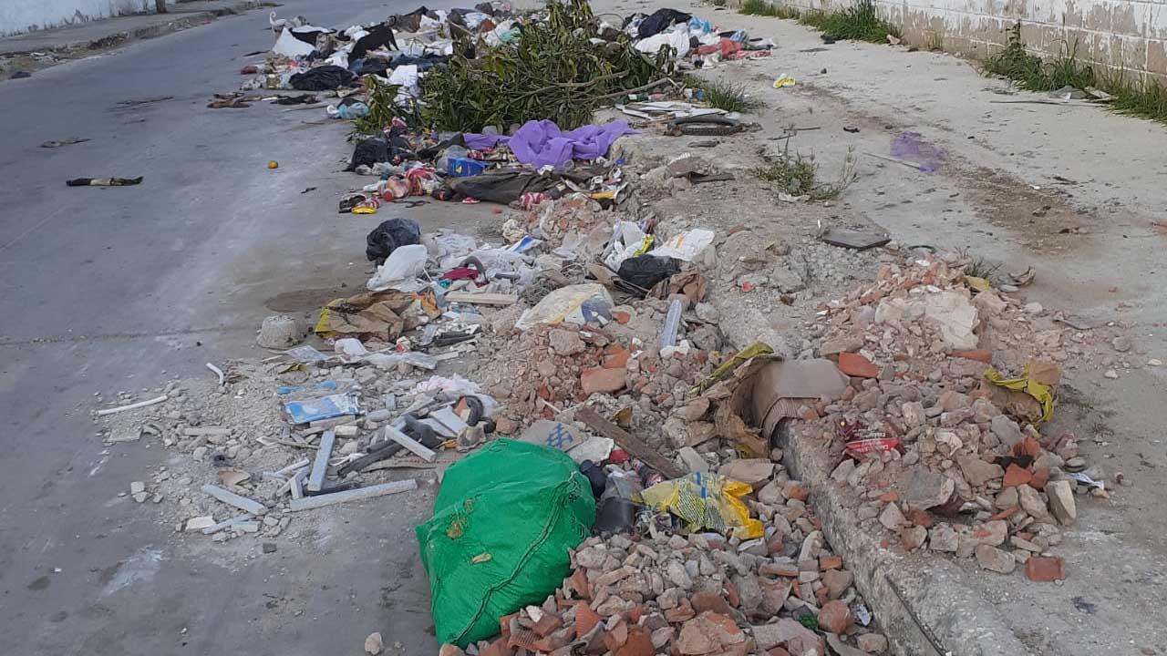 Diferentes escombros también son dejados.