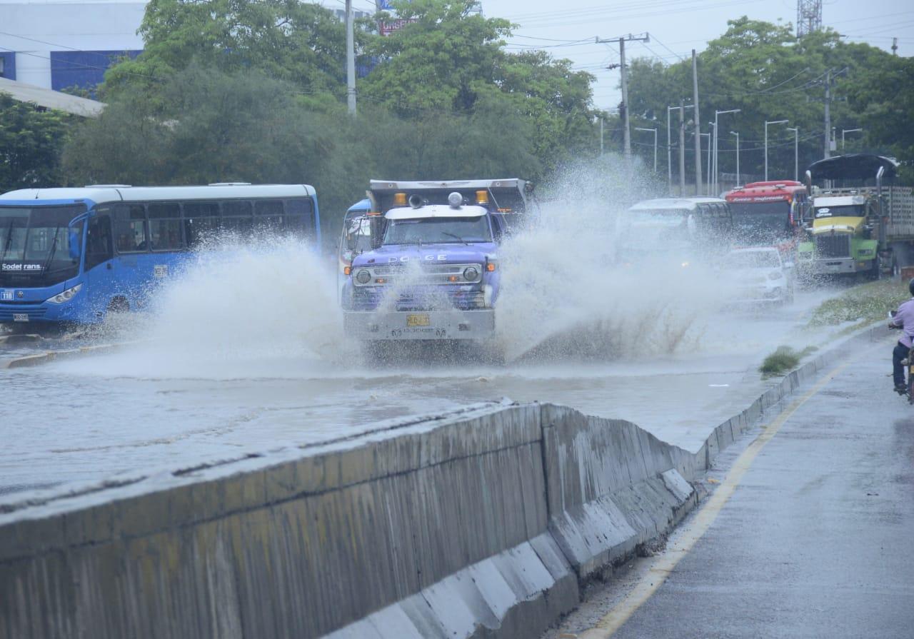 Arroyo estancado al pie del puente del hipódromo en sentido norte - sur pone en riesgo la circulación.