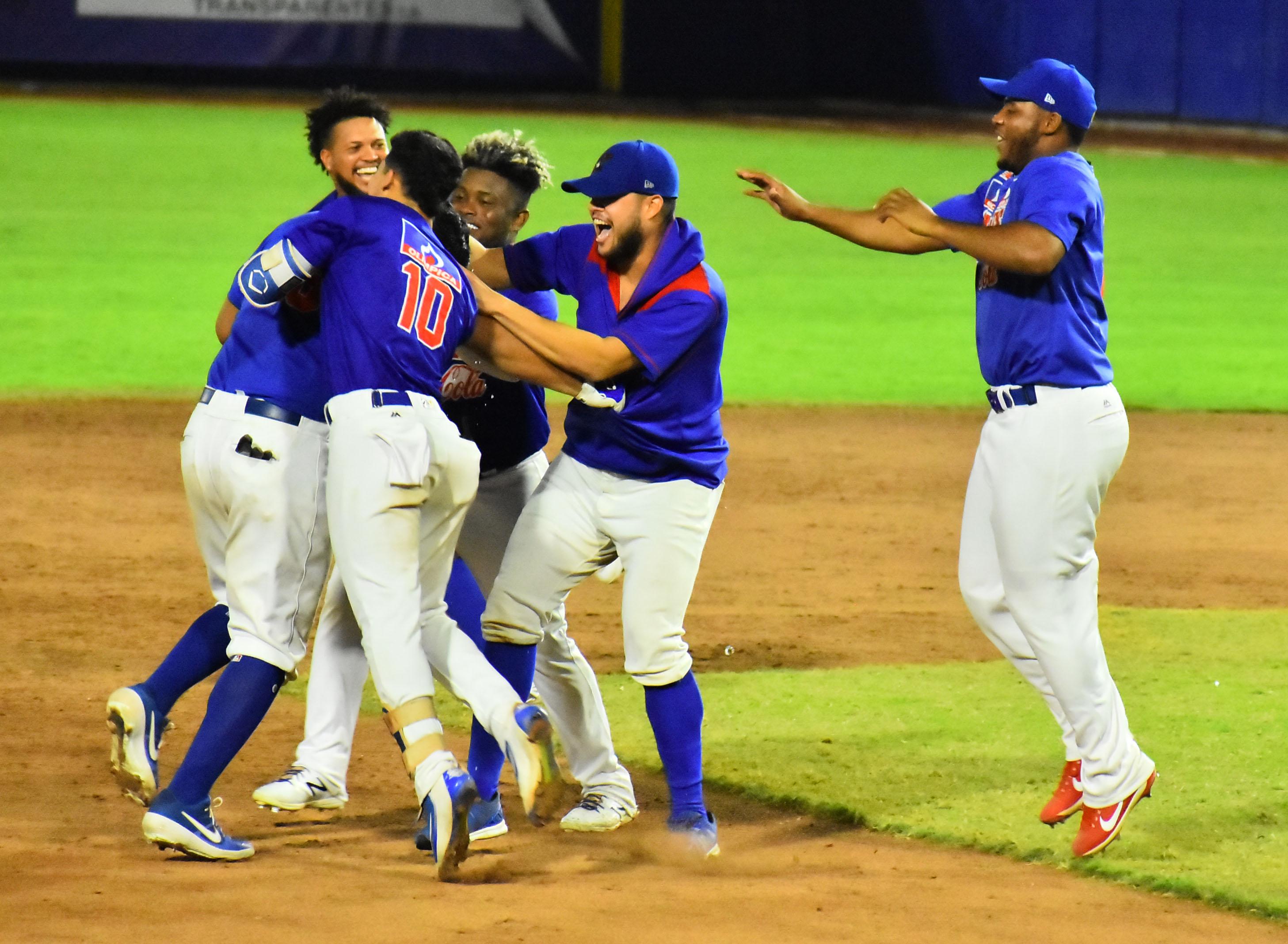 El festejo de Caimanes cuando se consumó una nueva victoria ante los Gigantes.
