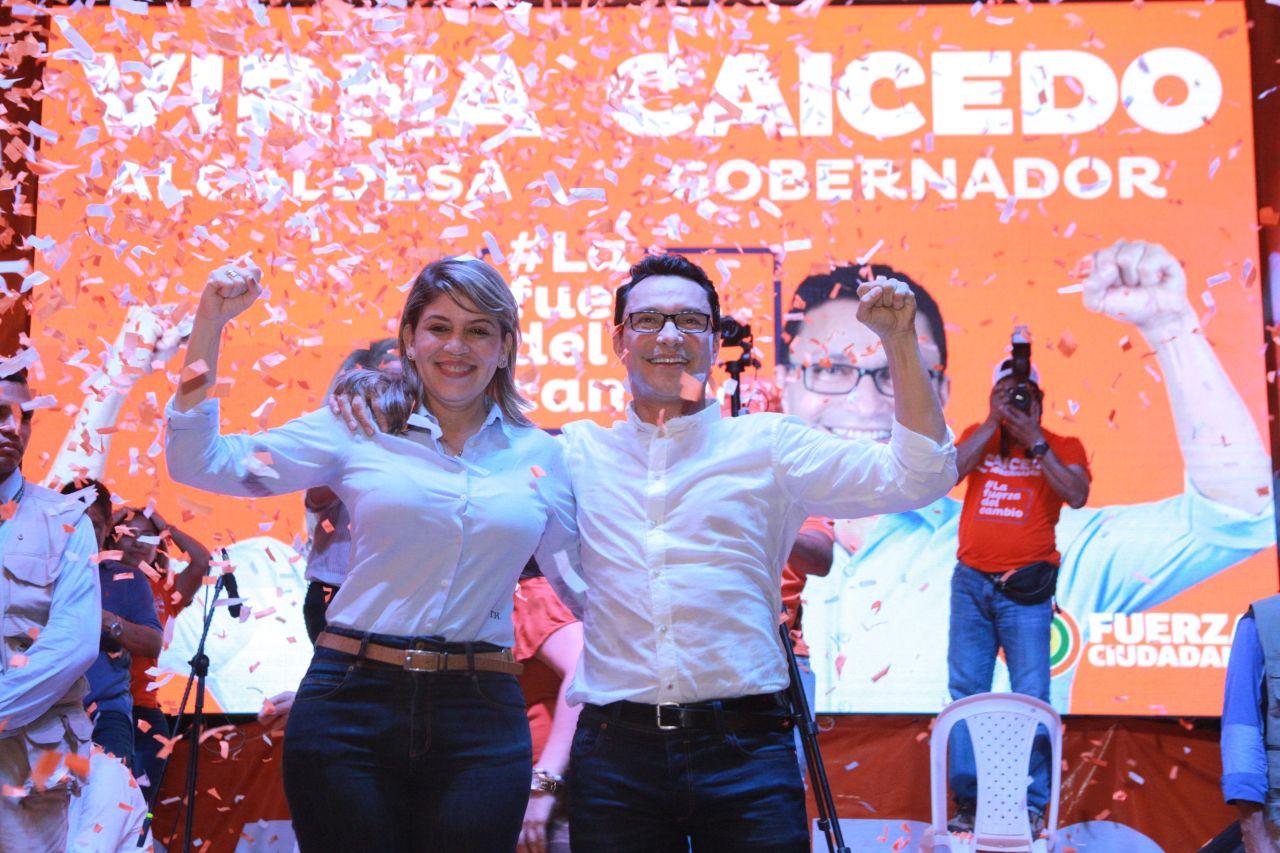 El nuevo gobernador del Magdalena, Carlos Caicedo, con Virna Johnson, primera alcaldesa samaria elegida por voto popular en esa ciudad.