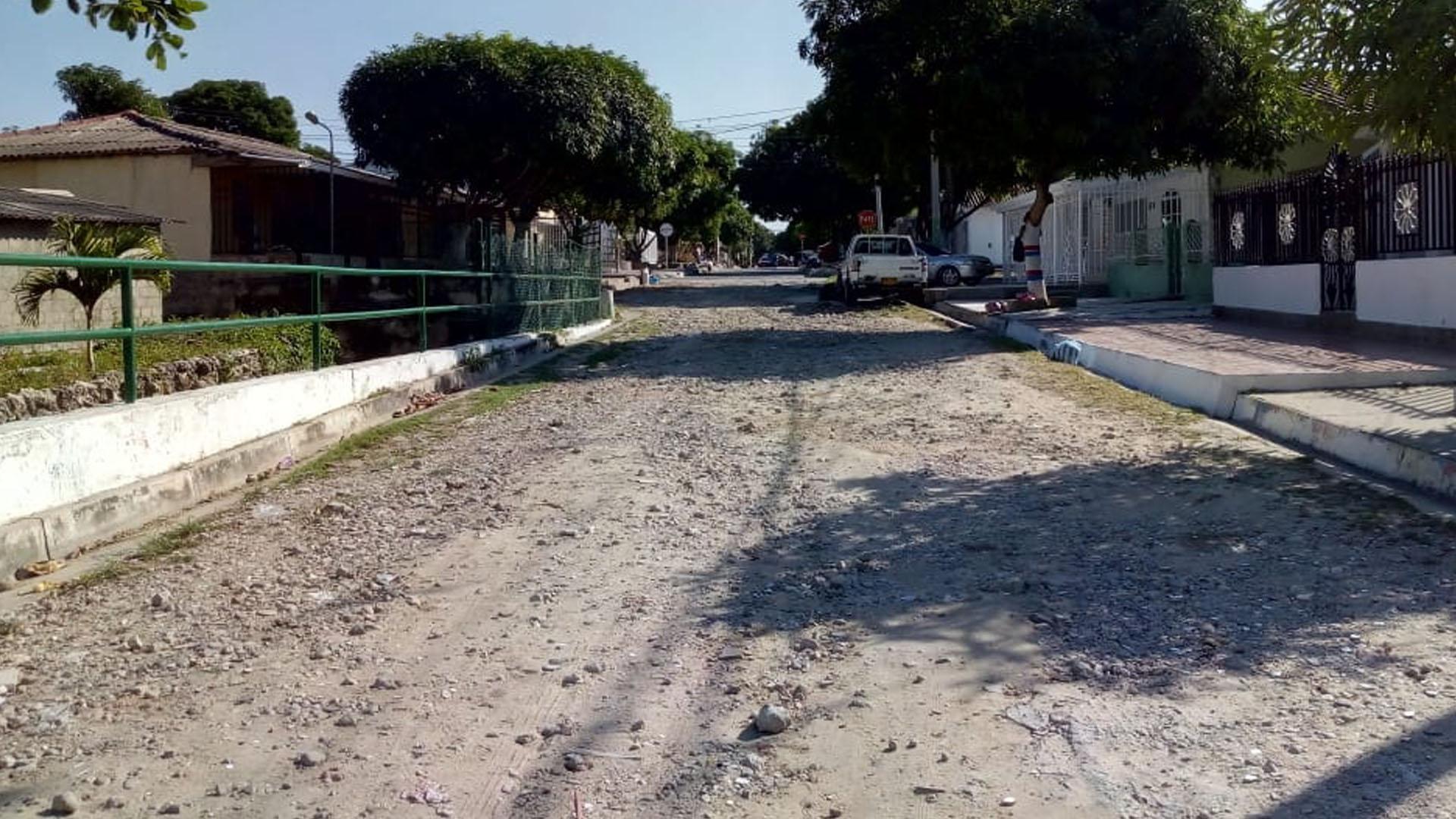 """La calle se ha convertido en un """"vertedero"""" de escombros."""