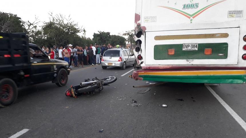 Accidente de tránsito que involucró una motocicleta y un bus de servicio intermunicipal.