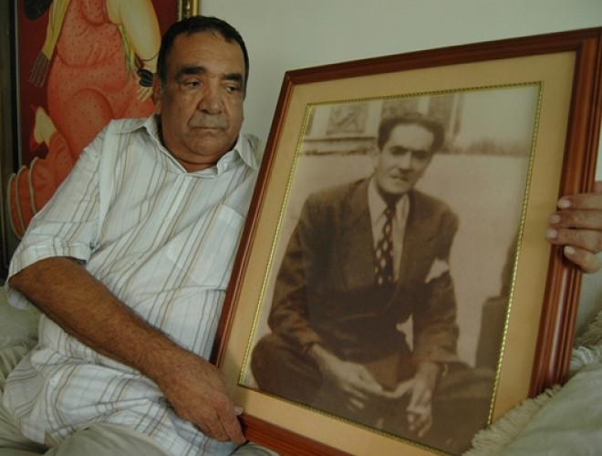 Camilo Namén muestra retrato de su padre, Felipe Namén Frayja.