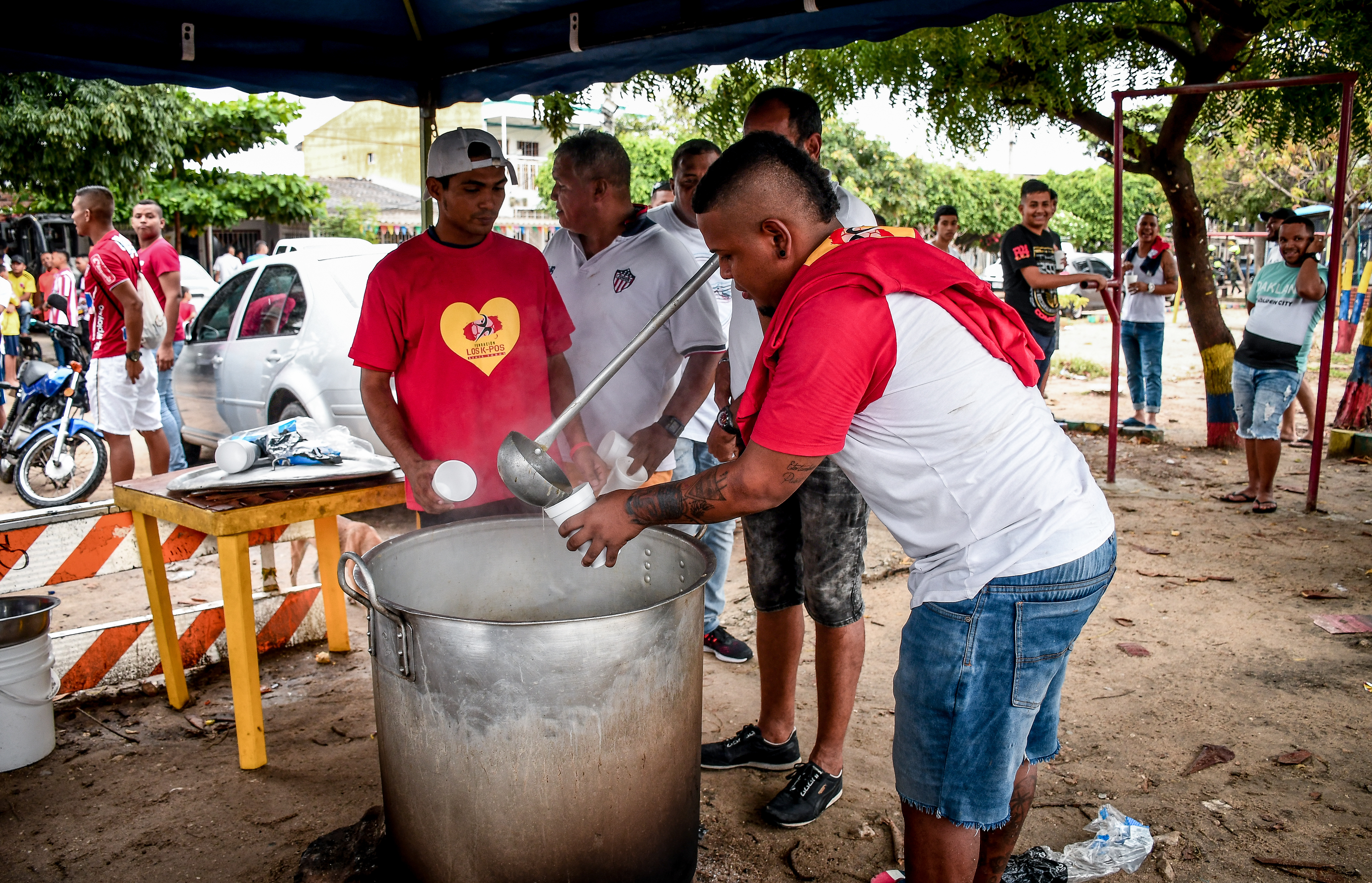 De la olla de sancocho sirvieron la sopa que mantuvo contentos a los asistentes del torneo en La Chinita.