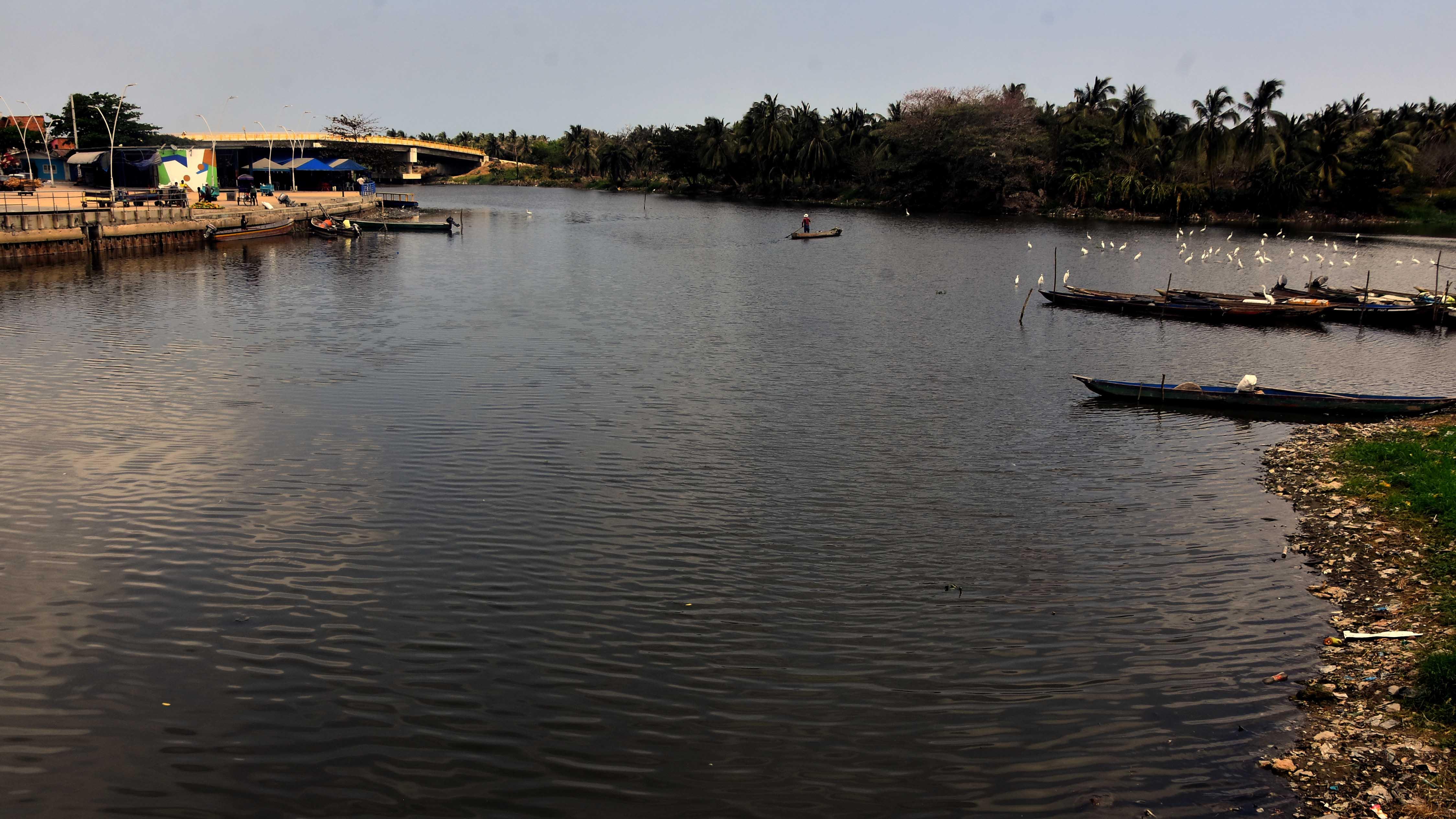 En el canal de la Auyama el nivel del agua desciende.