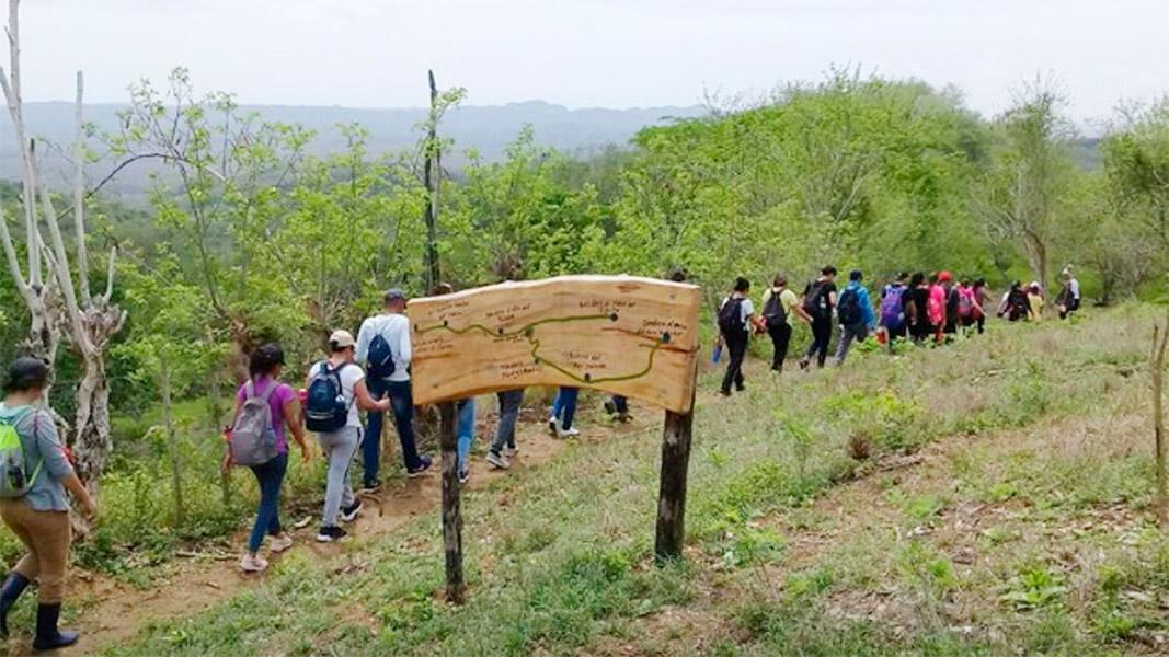 El senderismo se realiza con un guía de la zona.