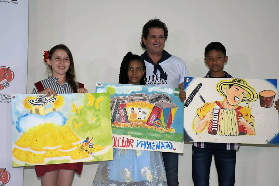 Carlos Vives, el homenajeado de la edición 51 del Festival de la Leyenda Vallenata, junto a los niños ganadores del concurso Vives Pintando.