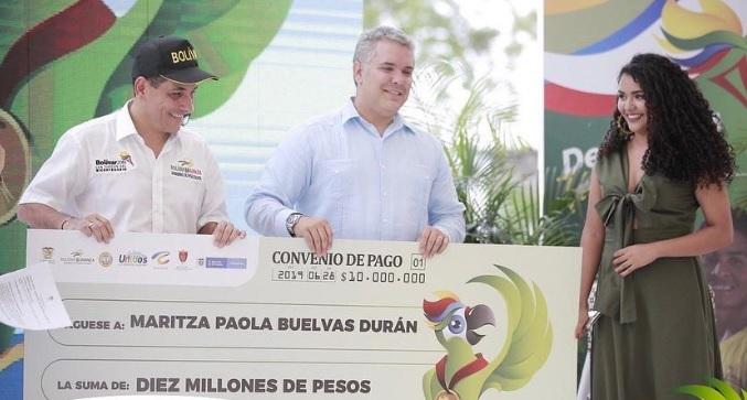 El gobernador Dumek Turbay, el presidente Iván Duque y la ganadora Maritza Buelvas.