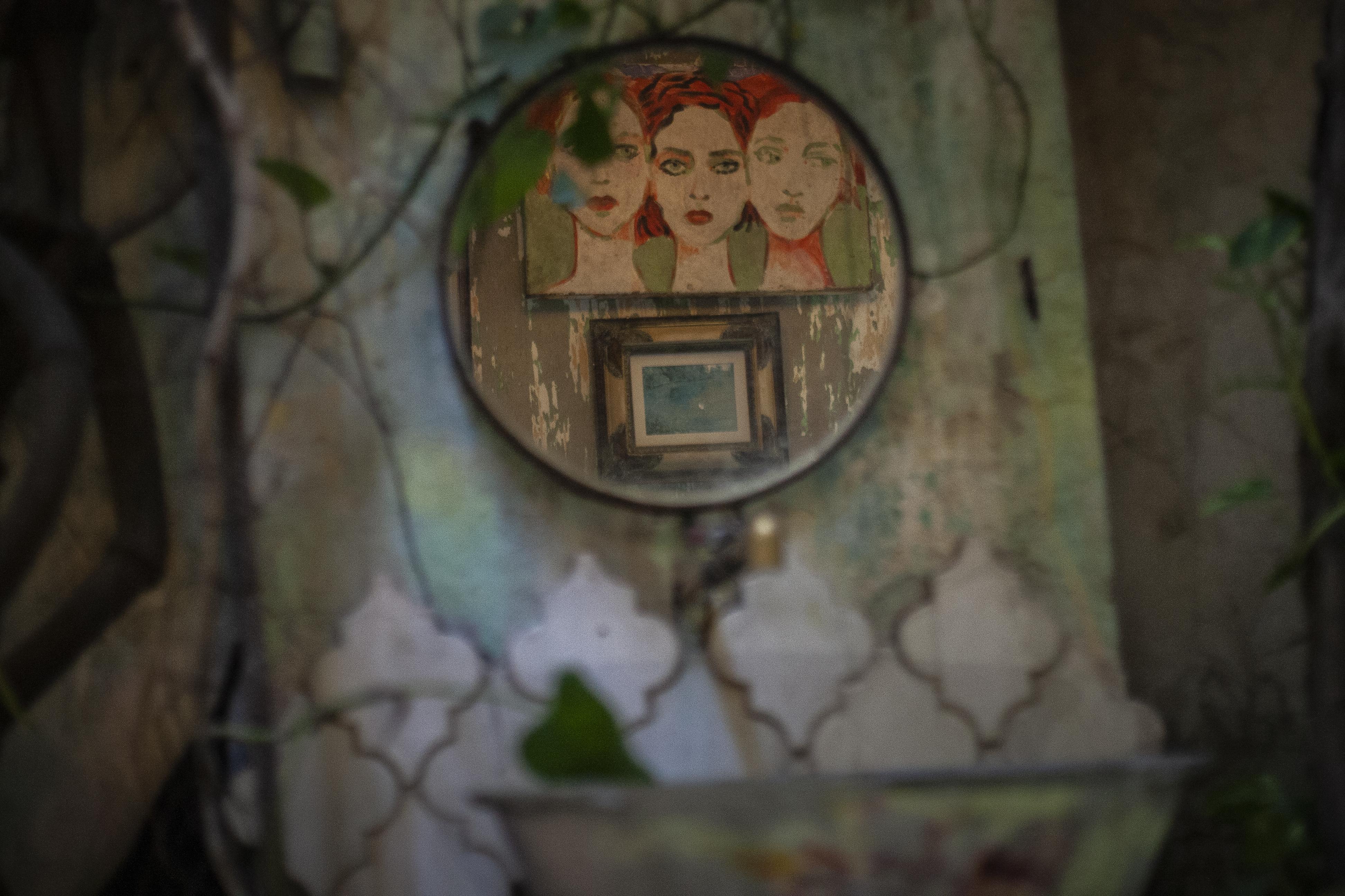 El cuadro colgado en la pared está pintado en la tapa de una nevera vieja.