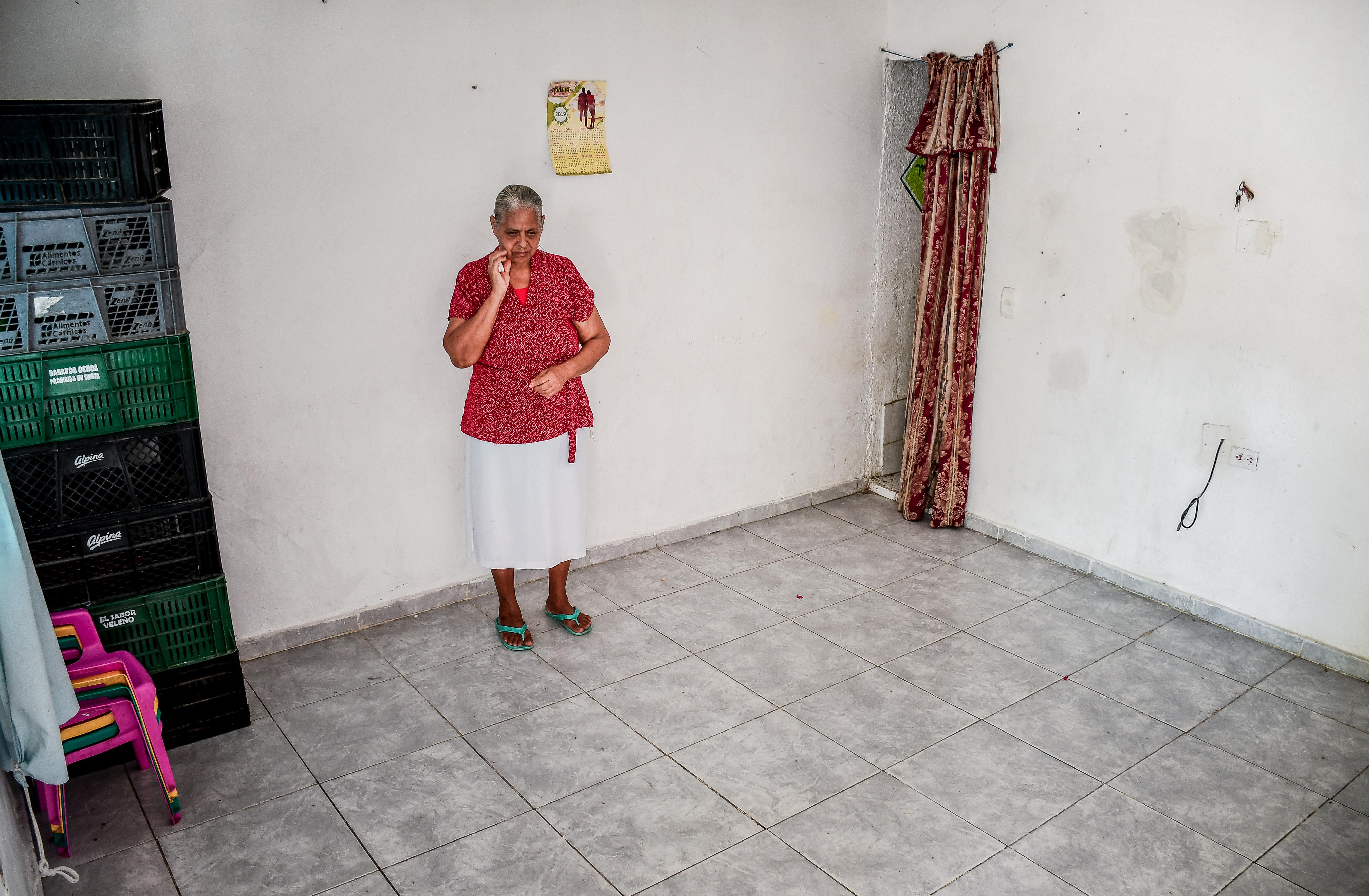 La casa de Nancy está vacía porque se han llevado sus pertenencias como parte de pago.