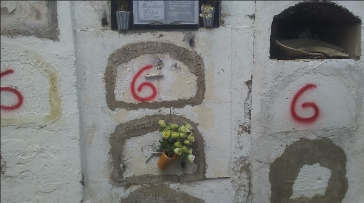El 666 (número del Diablo) aparece en las tumbas.