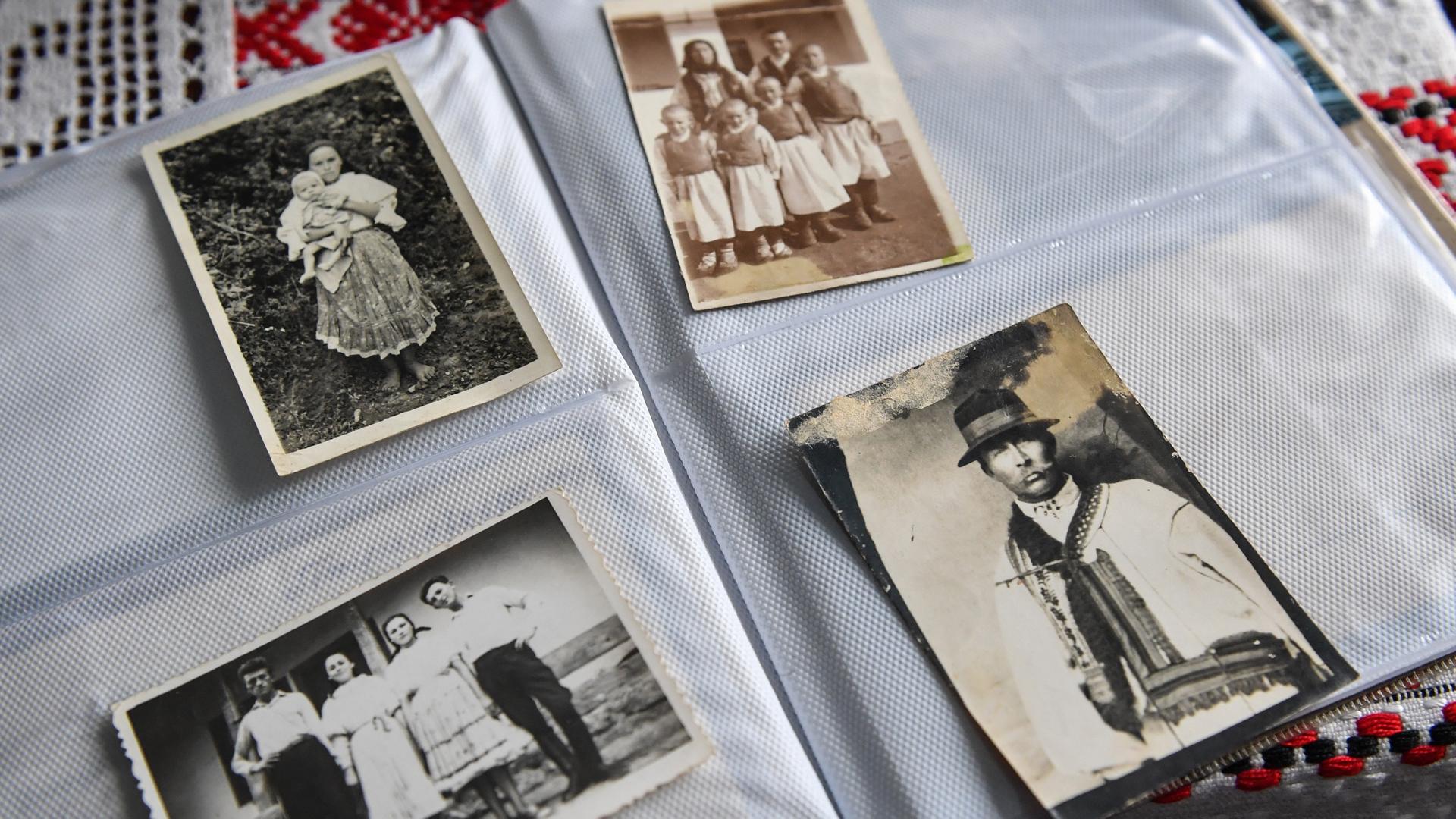 Fotos familiares de principios del siglo XX que muestran a personas vestidas con atuendos tradicionales de la región en mención.