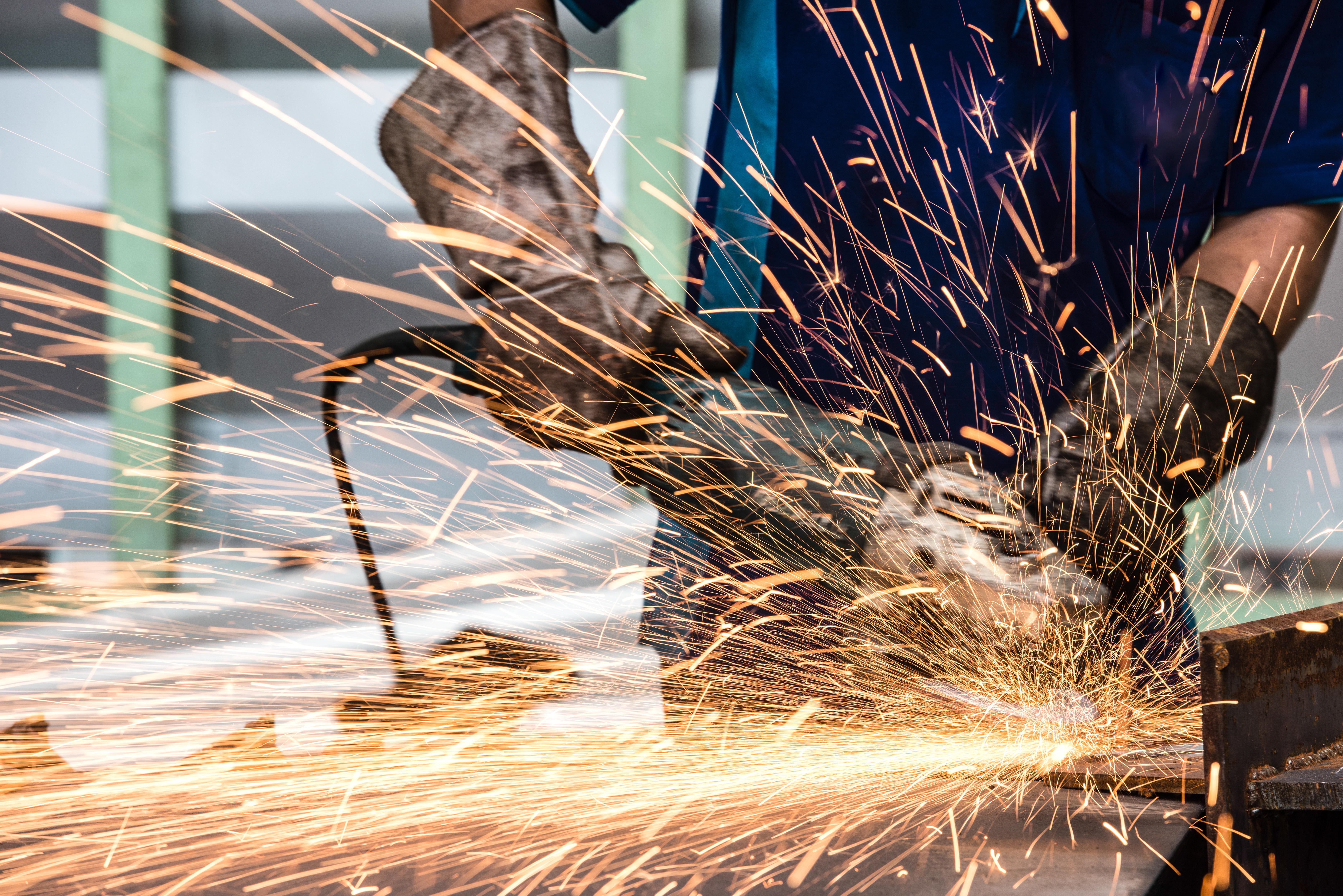 Las personas que trabajan en la industria metalmecánica se exponen a altos niveles de ruido.