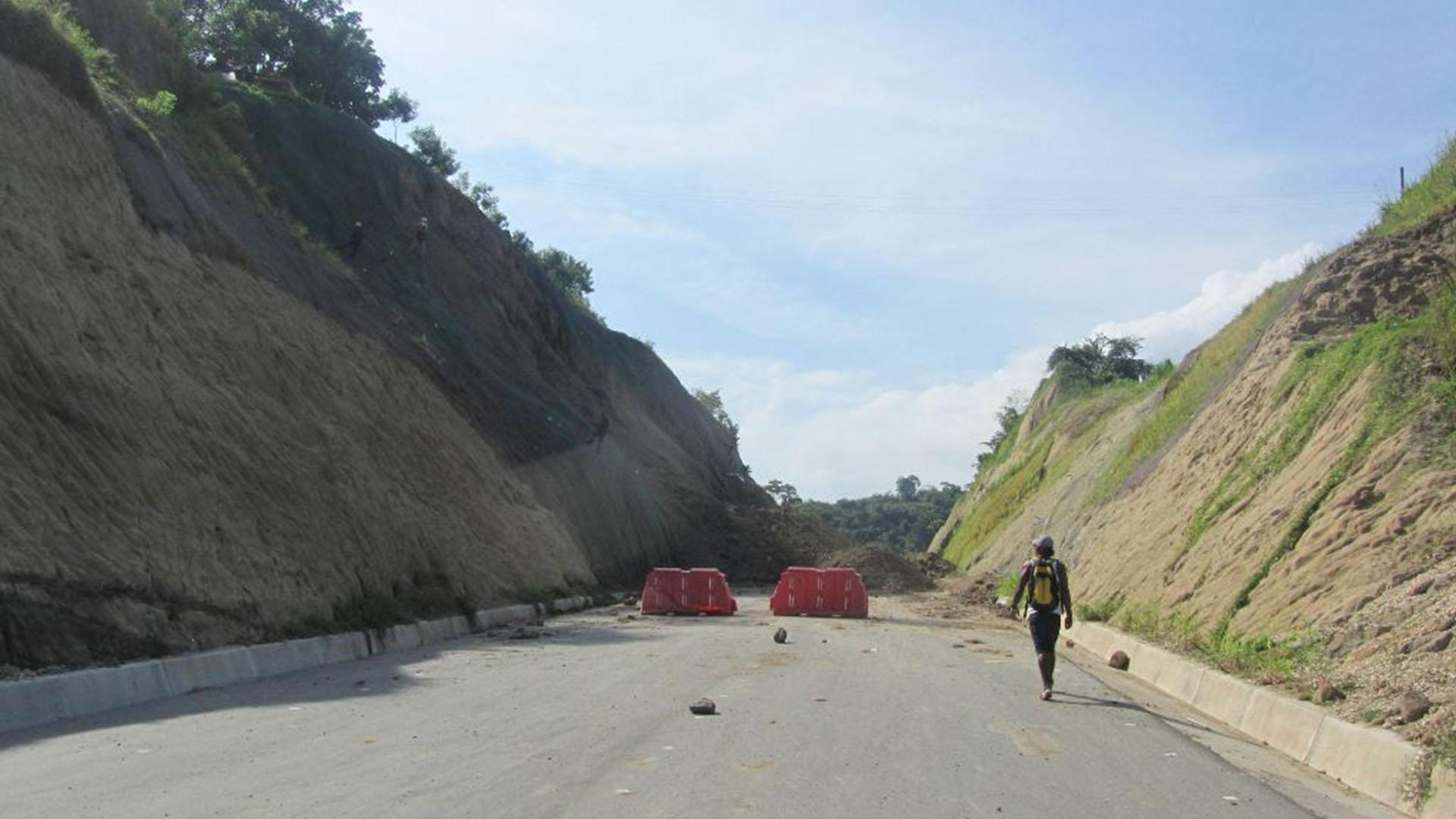 Las lluvias de los últimos días, dice la comunidad del sector, han debilitado el cerro.