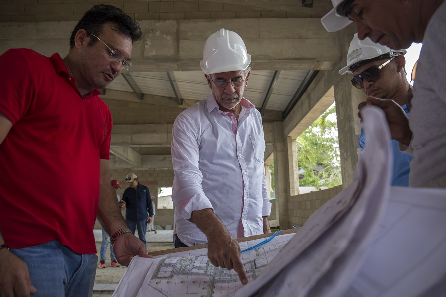 El gobernador Eduardo Verano y el secretario de Educación, Dagoberto Barraza, revisan los diseños.