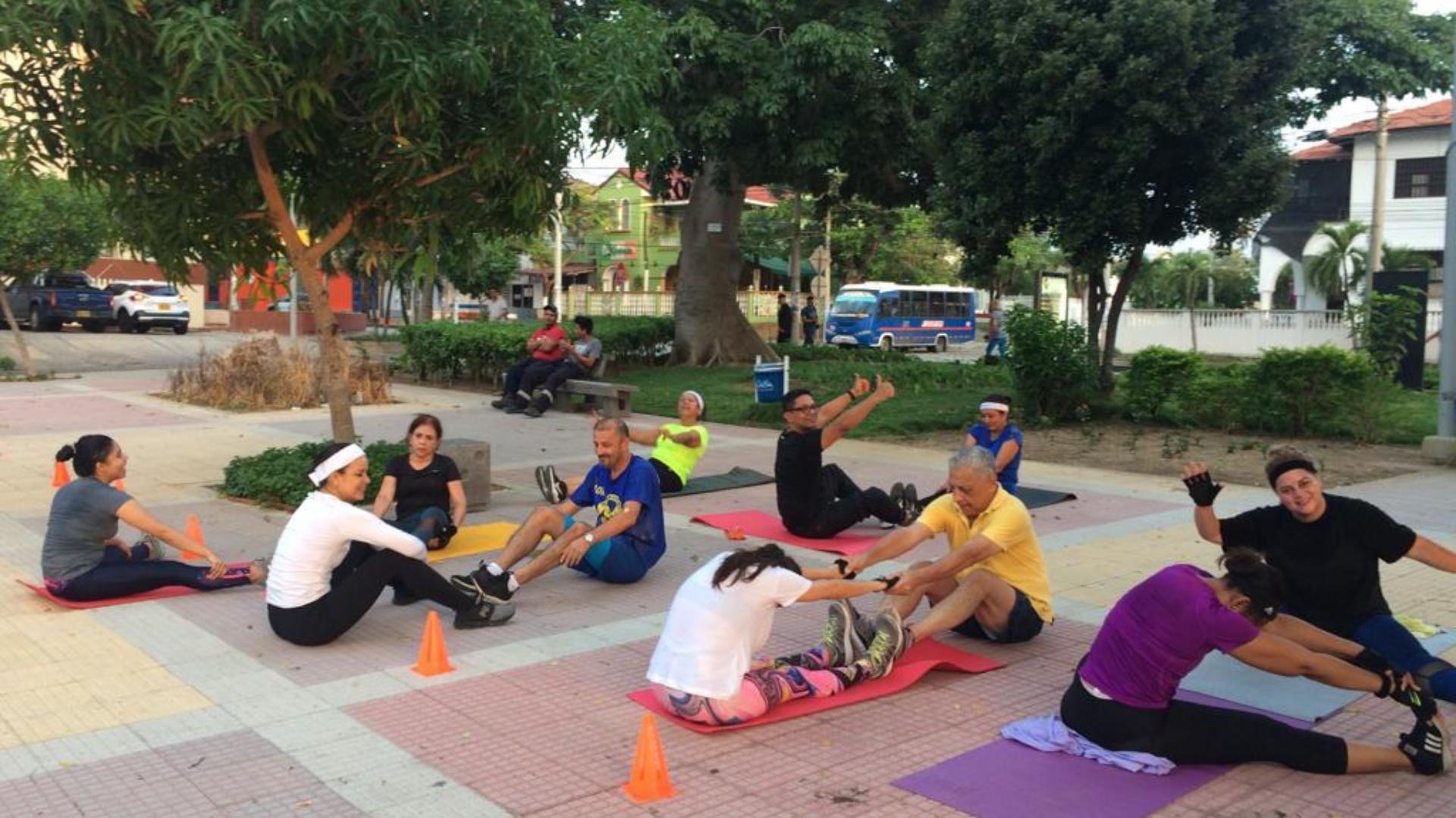 El grupo de vecinos realizó los ejercicios a las afueras de las canchas.