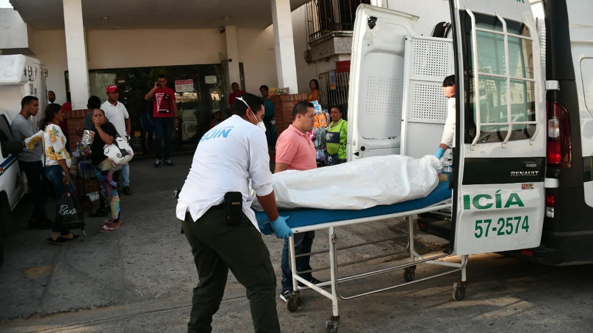 Agentes de la Sijin trasladaron el cuerpo de la mujer a las instalaciones de Medicina Legal.