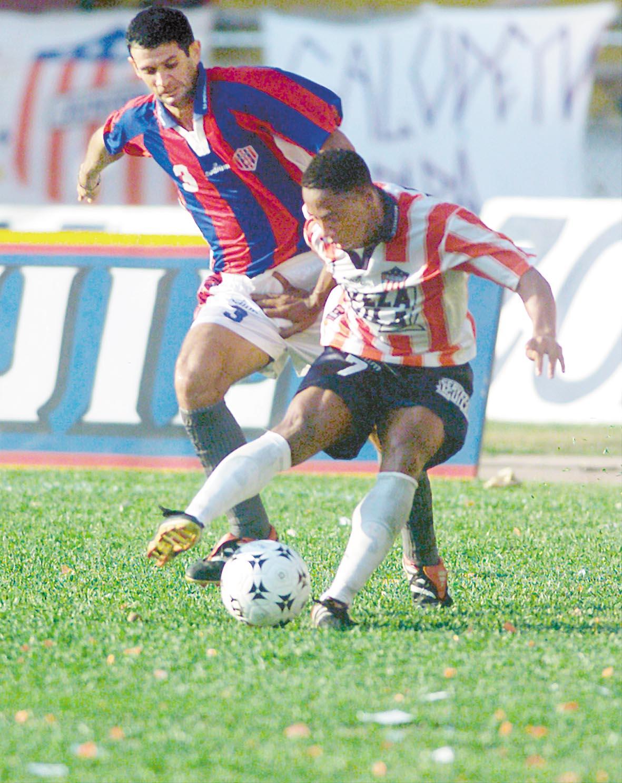Elson Becerra ante la marca de A. Reyes.