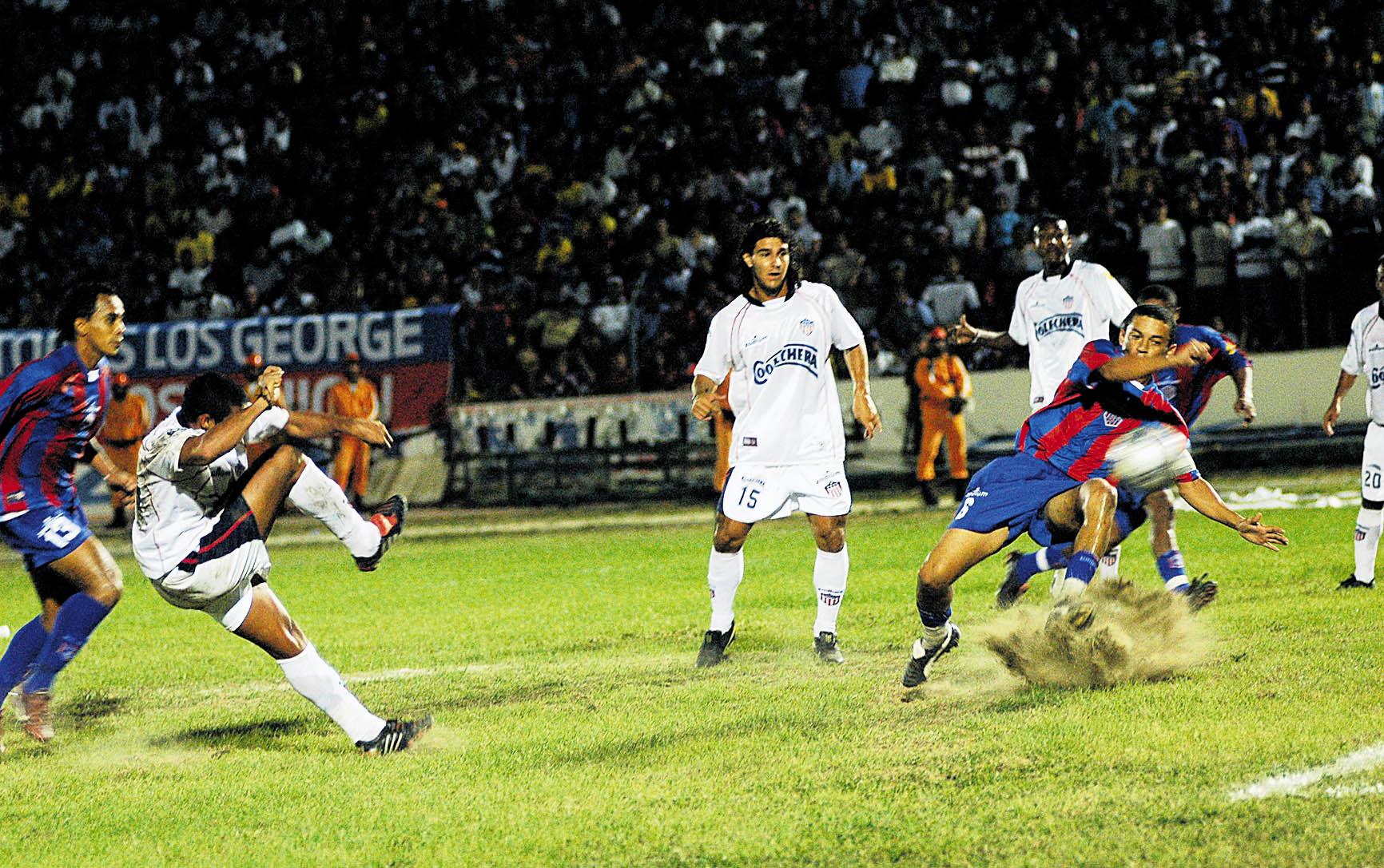 Martín Arzuaga saca un disparo ante la mirada de Juan C. Quintero y Racero.