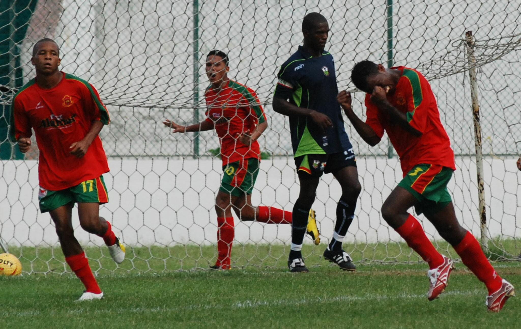 Festejo de un gol con Barranquilla. Atrás se ve a Bacca.