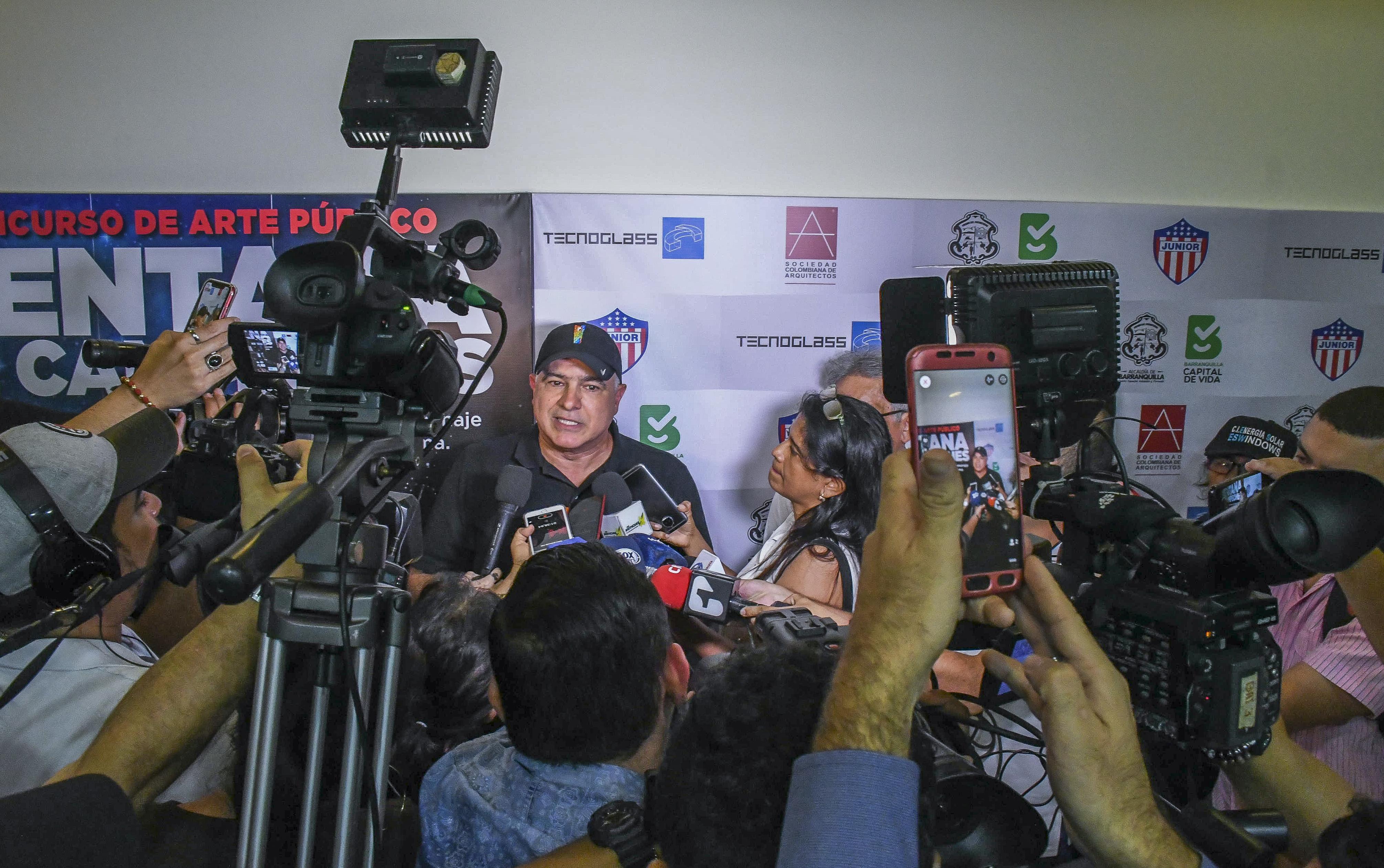 Christian Daes dando declaraciones a los medios.