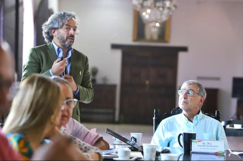El director del Dane, Juan Daniel Oviedo, y el alcalde William Dau en su encuentro en Cartagena.