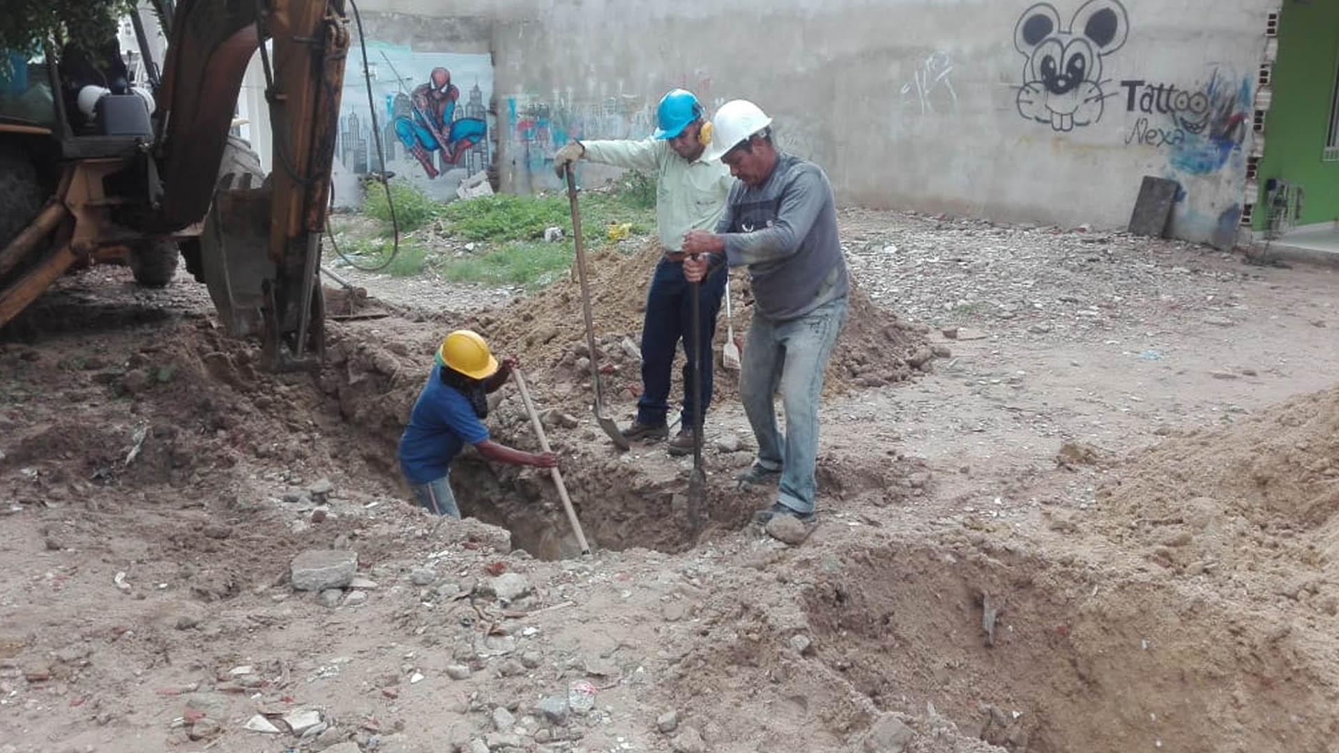 Operarios trabajan en el daño de la tubería de gas en Soledad. |