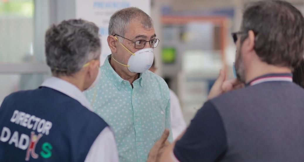 El alcalde William Dau este miércoles en el aeropuerto Rafael Núñez.