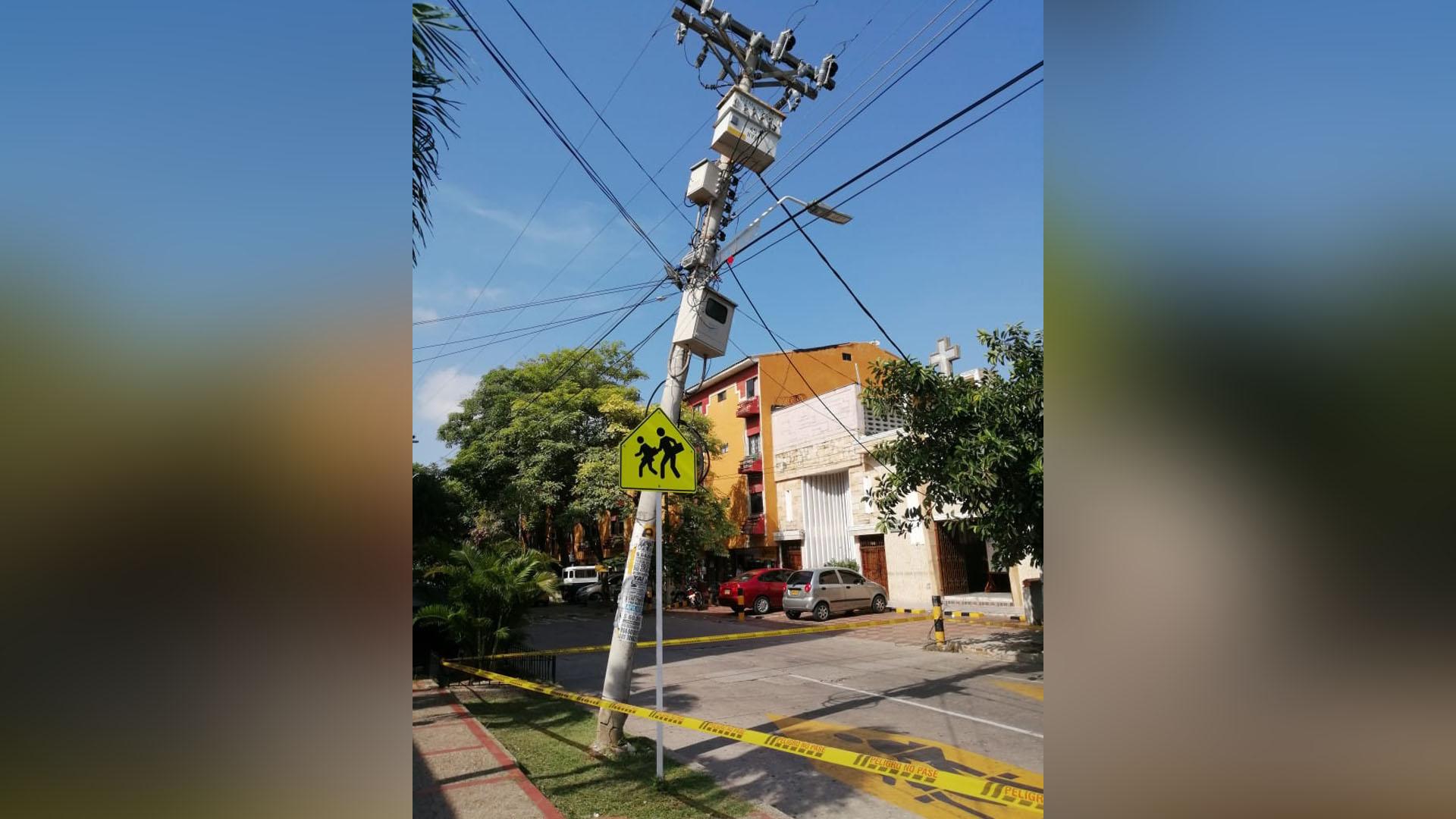 Debido al riesgo, al comunidad instaló cintas amarillas alrededor de la la estructura como medida de prevención para los transeúntes y conductores.