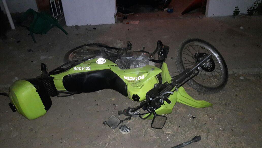 Una motocicleta de la Policía que fue derribada por la turba.