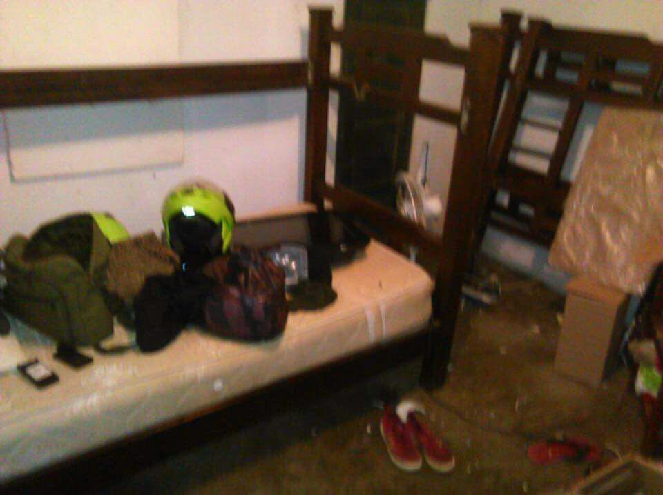 Uno de los dormitorios de la Policía también fue destruido.
