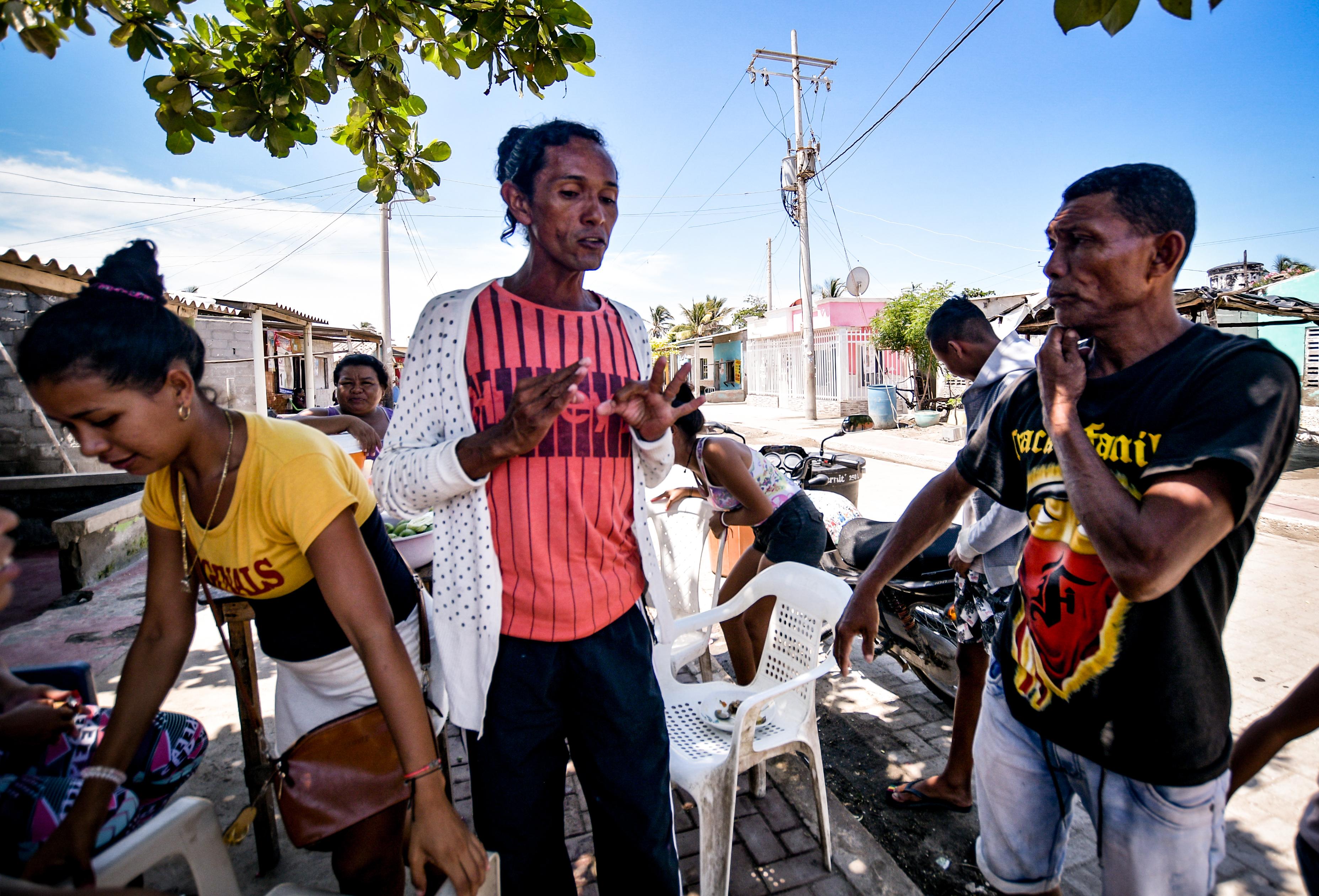 """Orlando Orozco y 'Plinio Juancho' discuten sobre la programación del bombeo por sectores. """"Al barrio La Gloria debía venir hoy y no fue así"""", reclamó Orozco."""