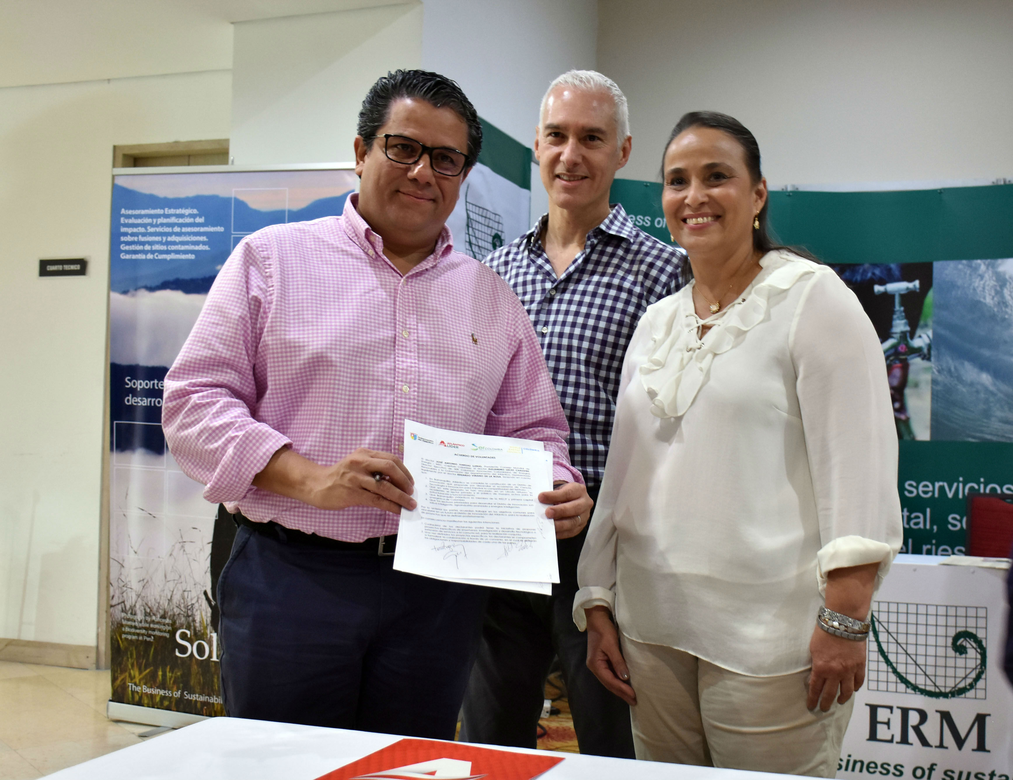 Germán Arce, ministro de Minas y Energía (izq), Cecilia Arango, secretaria de Planeación de la Gobernación, y Alberto Vives, gerente seccional de la Andi Atlántico y Magdalena en la firma del compromiso del Distrito de Innovación.