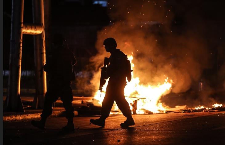 El Ejército vigila la ciudad de Concepción anoche.