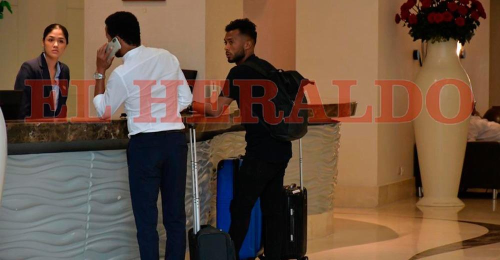 'Cariaco' González registrándose en el hotel. Llegó a Barranquilla al final de la tarde.