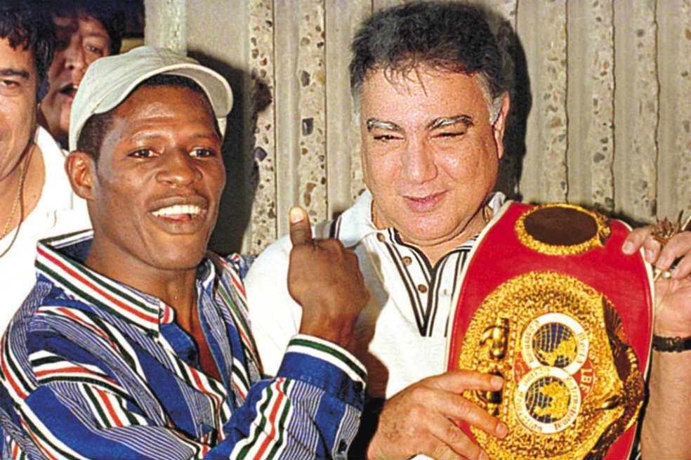 El excampeón mundial antioqueño Irene 'Mambaco' Pacheco junto a su promotor Billy Chams.