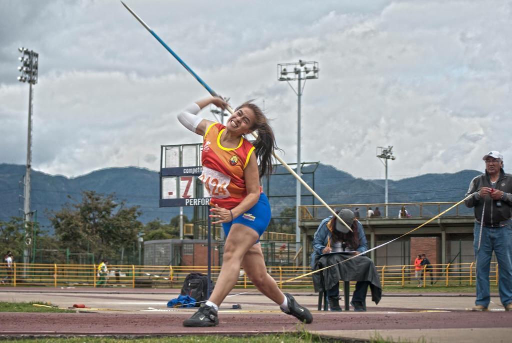 Wendy Mejía Jaramillo lanzando la jabalina.