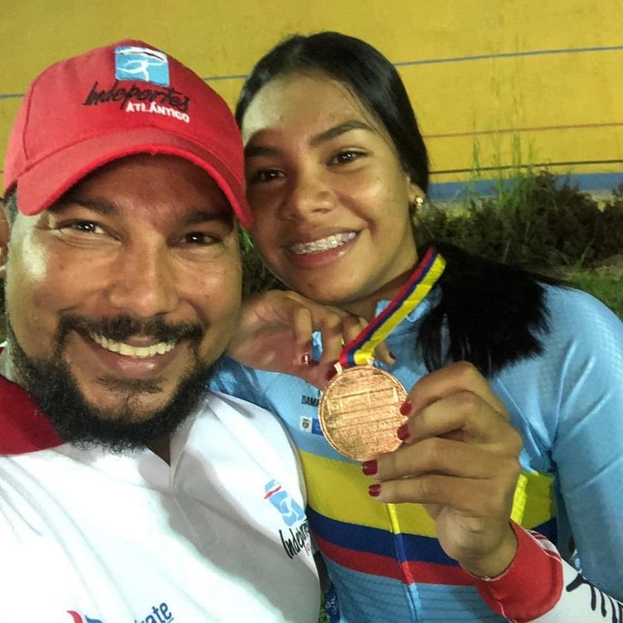 El entrenador Ricardo Moreno junto a la ciclista Marianis Salazar.