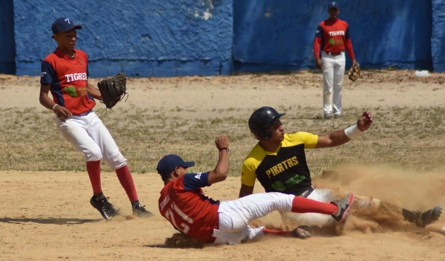Acción del segundo juego de la final entre los Piratas y los Tigres en La Magdalena.