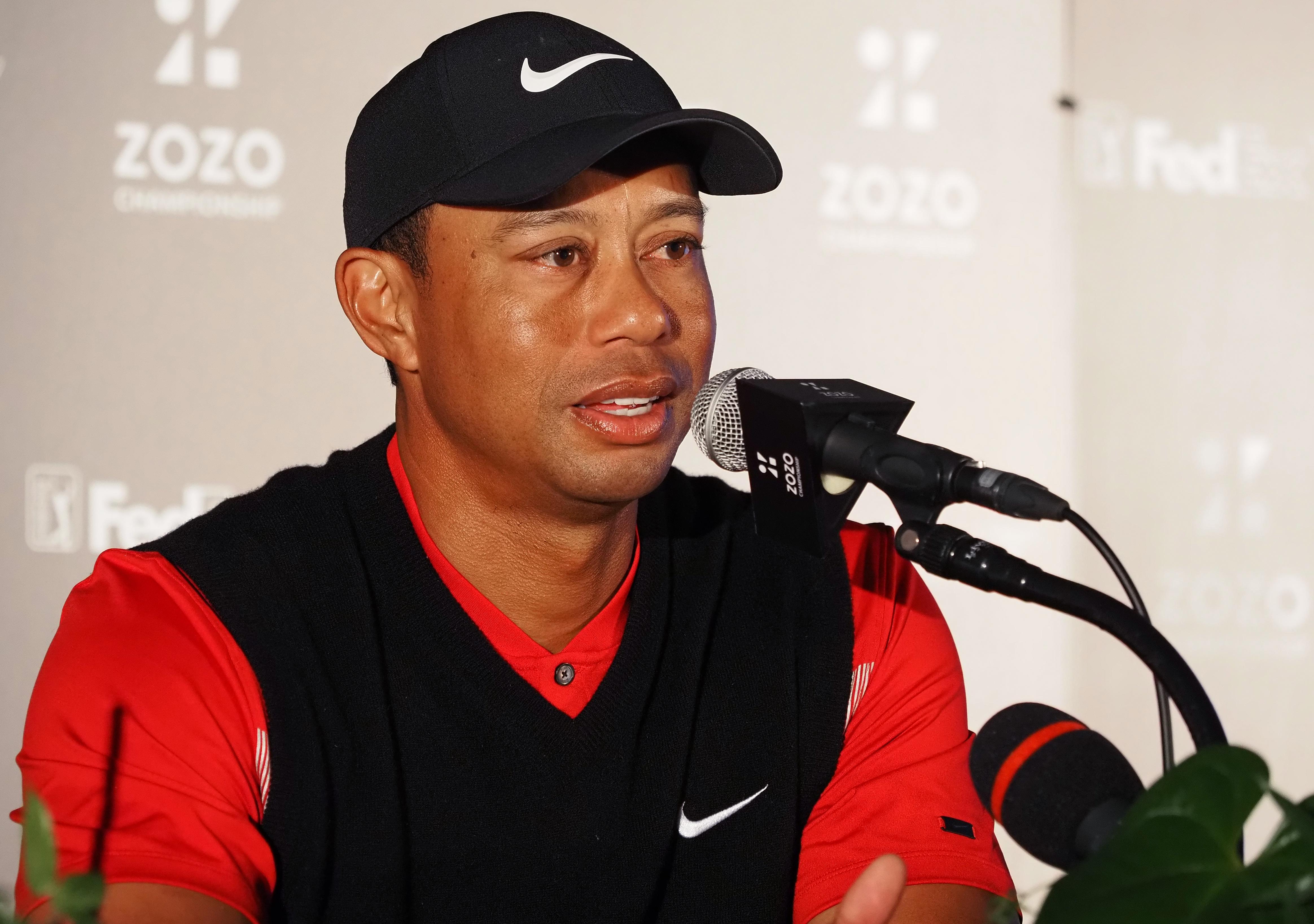 Tiger Wodds, golfista estadounidense, dialogando con los medios de comunicación.