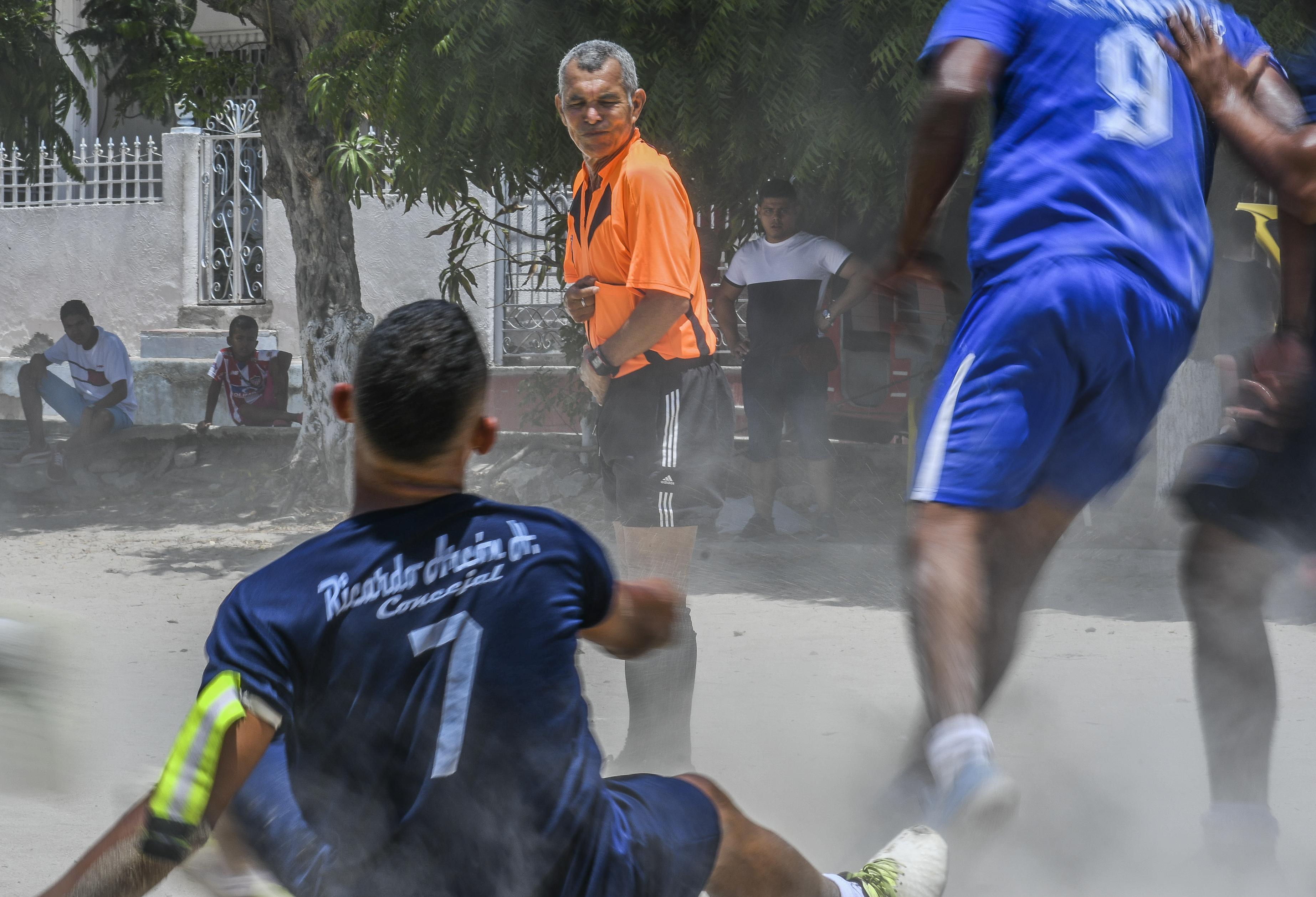 """Erick  diciéndole a un jugador ''levántate Lázaro""""."""