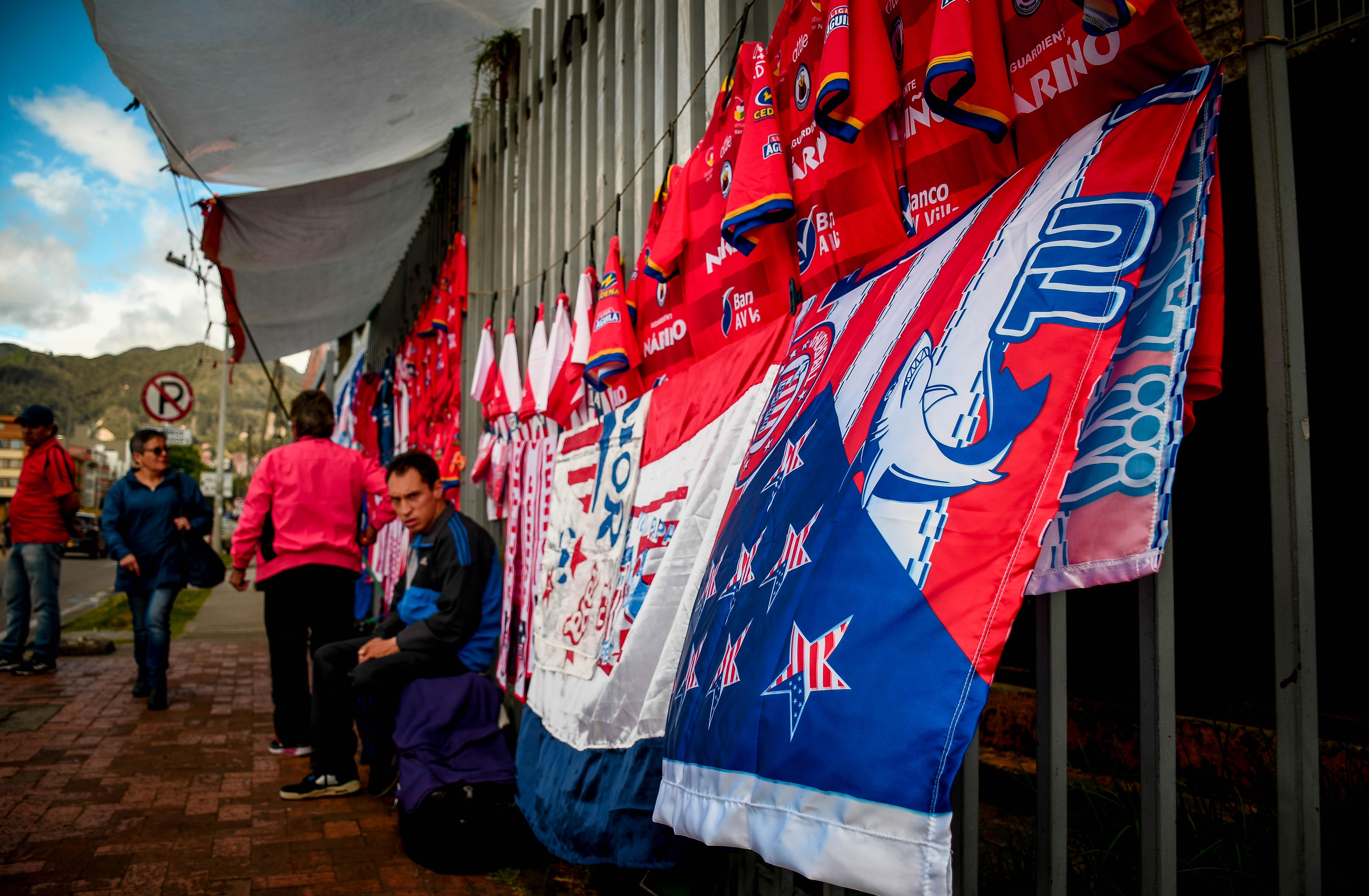 Banderas y camisetas alusivas al Junior y al Pasto.