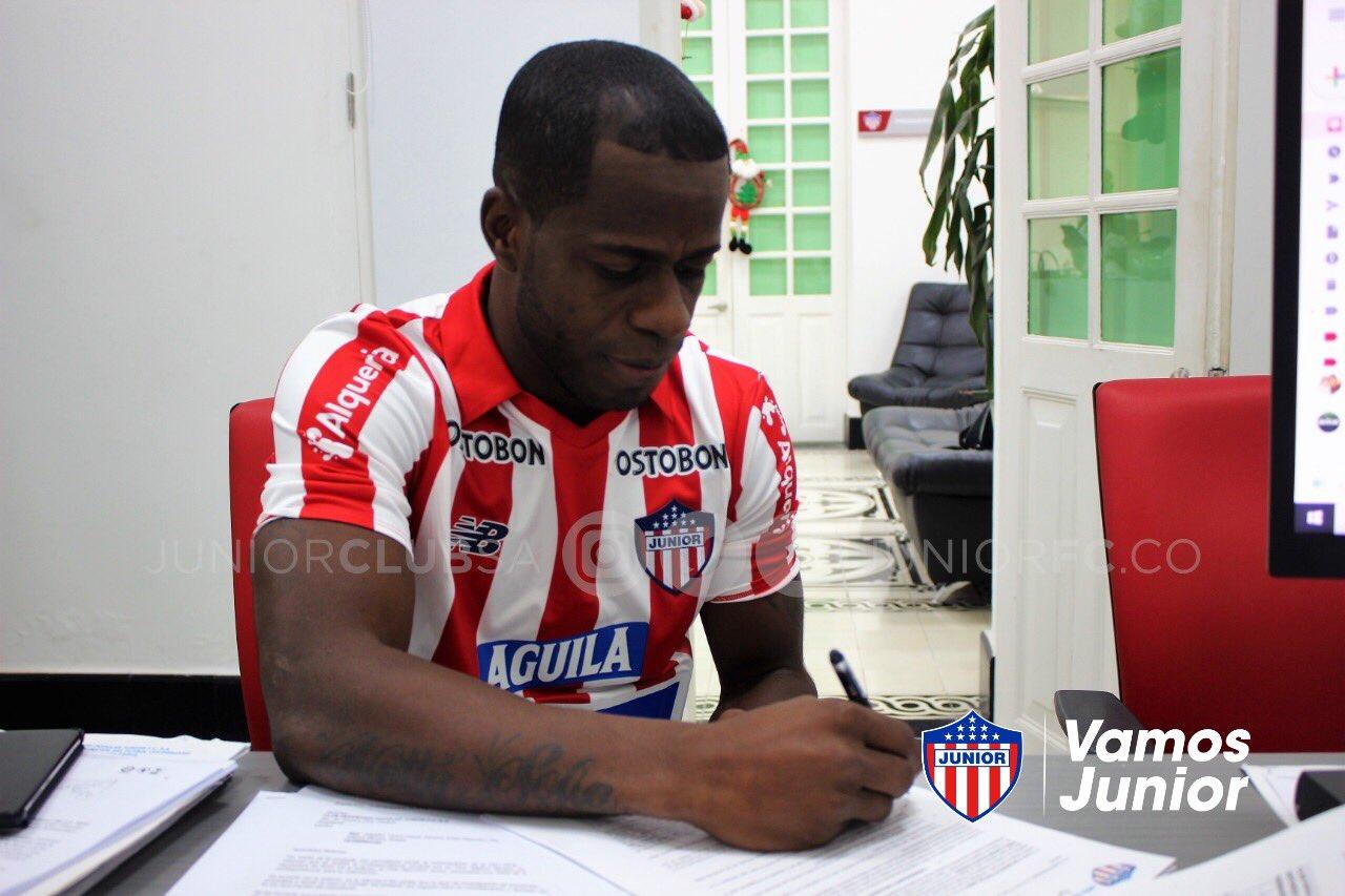 Carmelo Valencia firmando su vínculo laboral con Junior.