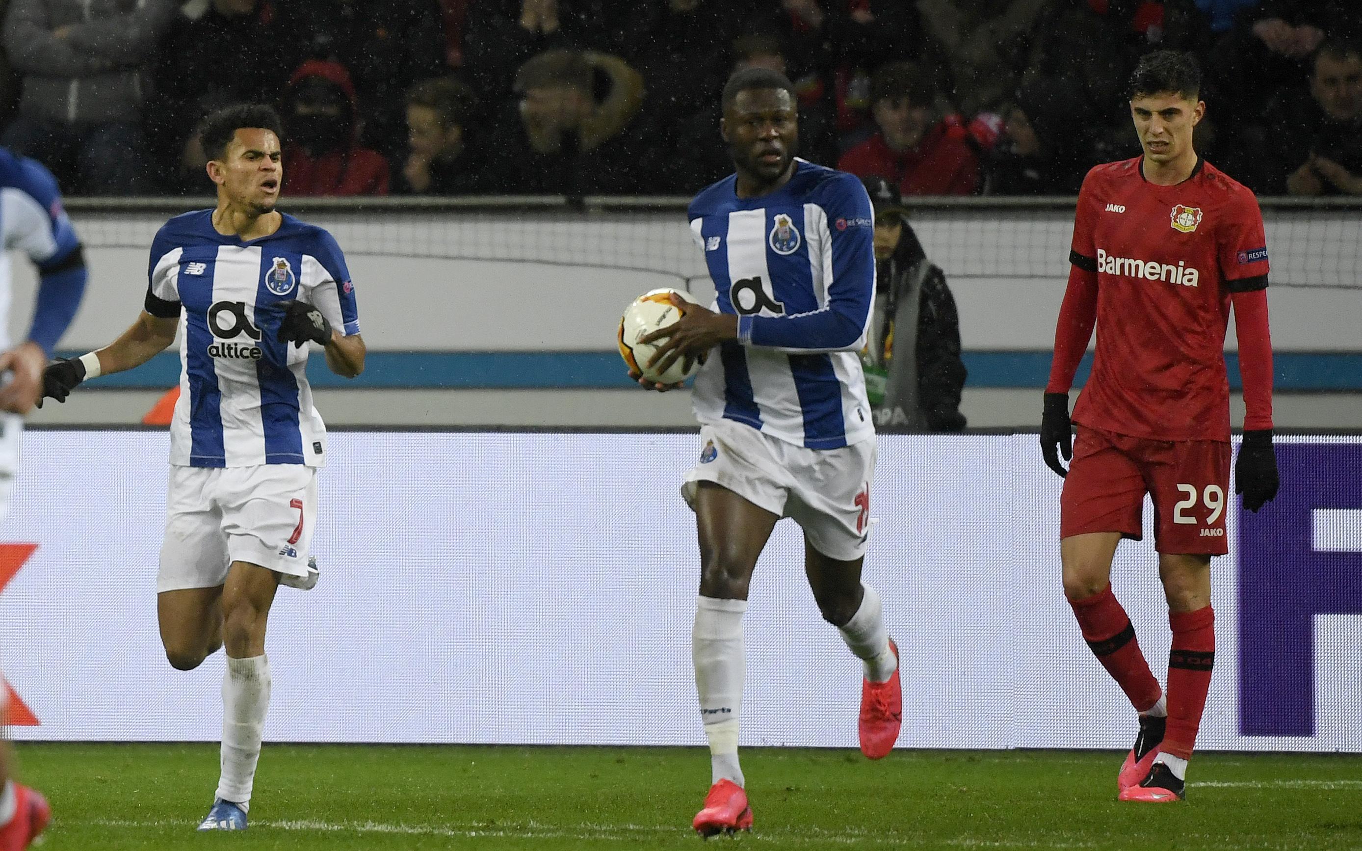 Luis Díaz celebrando su gol y alentando a sus compañeros a ir por el empate que no se pudo dar.