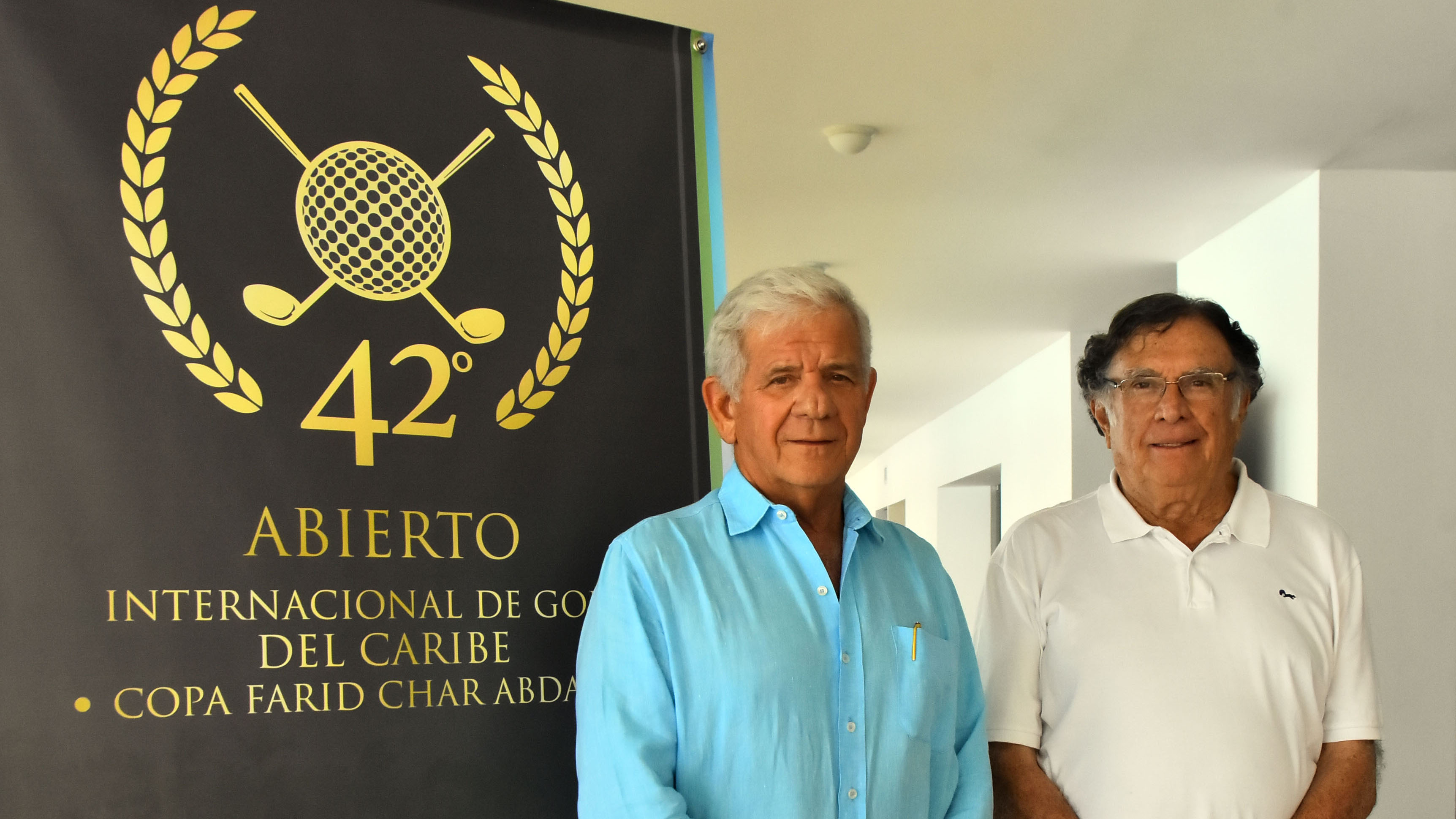 Sergio Espinosa, presidente de Lagos de Caujaral, junto a Alberto Rivadeneira, primer campeón del Abierto.