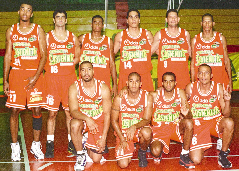 Gustavo Lindo (16) con los otros integrantes del equipo Caimanes.