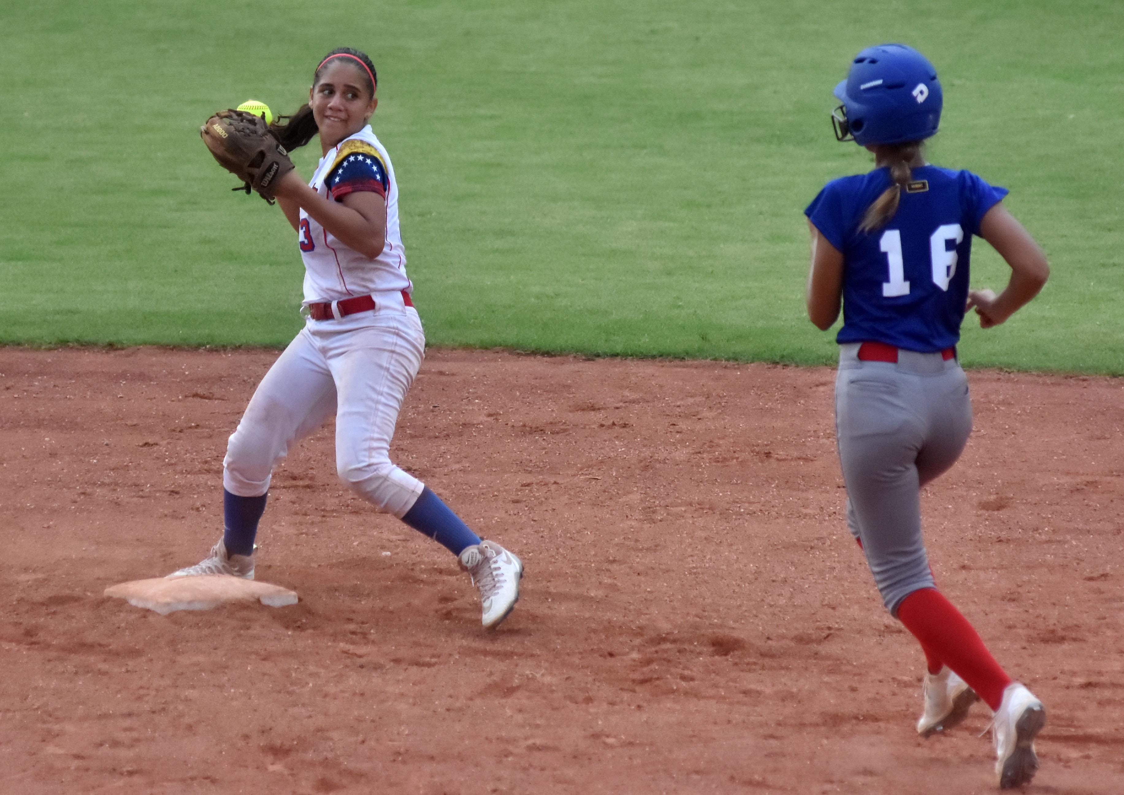 Irene Rabasco Márquez en acción desde la segunda base.