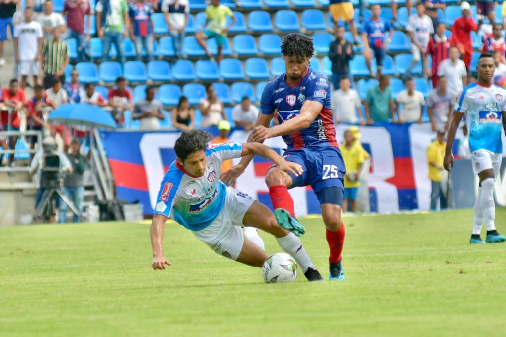 El chileno Matías Fernández generó varias faltas. Aquí es derribado por Juan Carlos Pereira.
