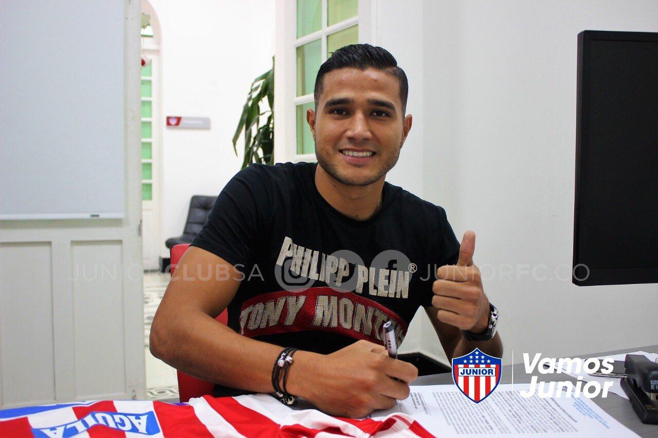 Larry Vásquez firmando el contrato como nuevo jugador de Junior.