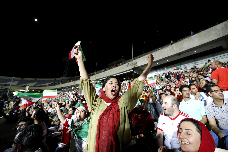 Foto tomada el 25 de junio de 2018, cuando se les permitió la entrada a las mujeres iraníes al estadio Azadi, en Teherán, para ver en pantallas gigantes el partido de la Copa Mundial Rusia-2018 entre Portugal e Irán.